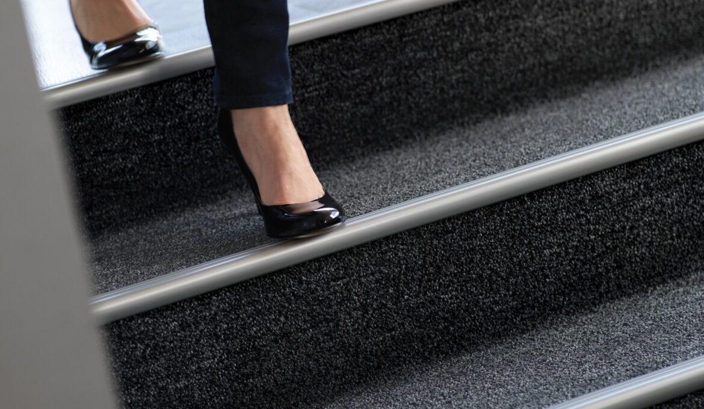 Aluminum edge insert for carpet stairs